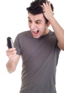 Hombre enfadado mirando el móvil